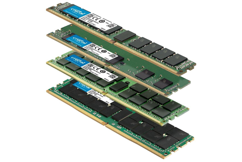Ein Stapel von verschiedenen Crucial RAM-Modulen mit unterschiedlichen Formfaktoren