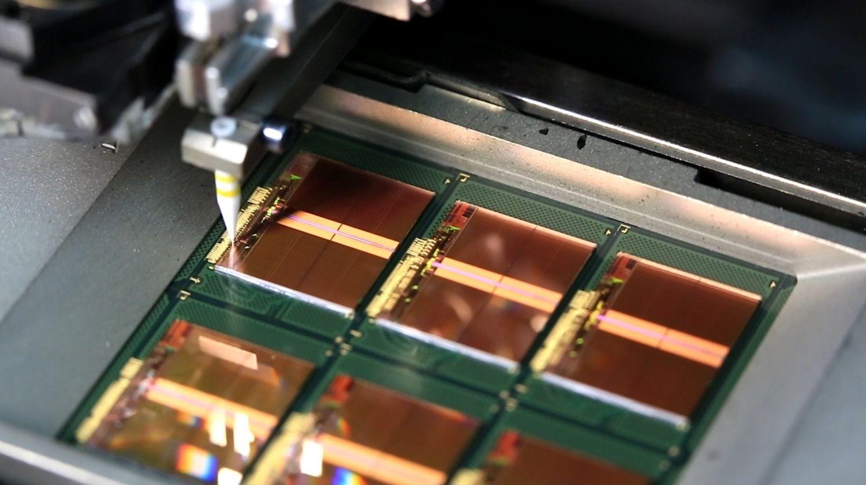 Dünne Golddrähte verbinden die Bond-Pads auf den Chips mit dem Rahmen während des Speicherherstellungsverfahrens