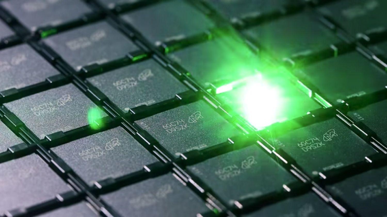 Ein Laser ätzt während des Speicherherstellungsprozesses einen Identifizierungscode in jeden Speicherchip