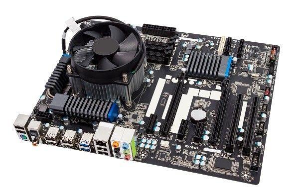 Computer-Motherboard vor weißem Hintergrund