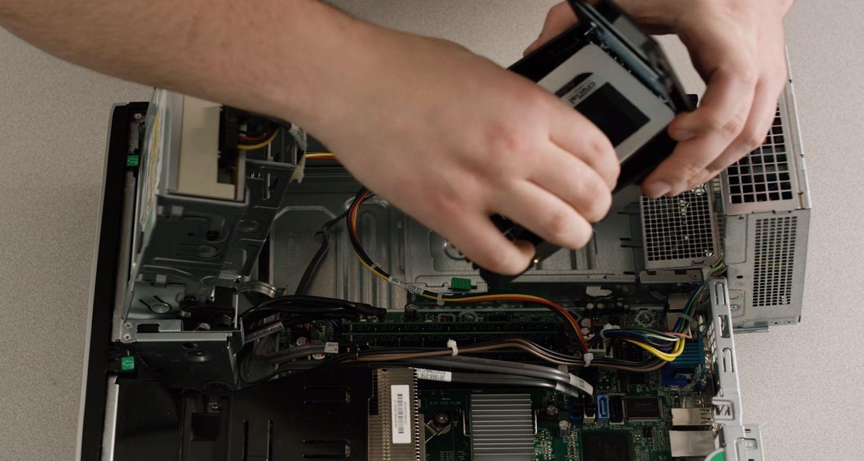 SSD, die in einen Desktop-PC gesteckt wird
