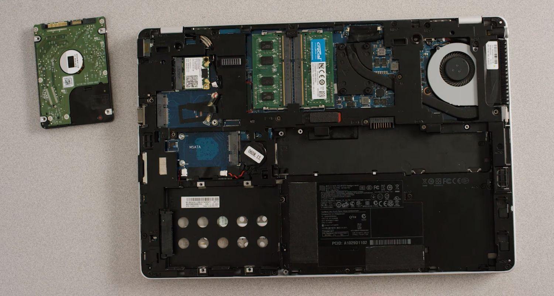 Altes Speicherlaufwerk, das aus dem Speicherschacht eines Laptops entfernt wird