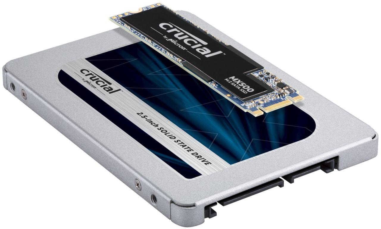 Zwei Crucial RAM-Module, die übereinander liegen, um den möglichen Unterschied in Größe und Form der SSD-Module anzuzeigen