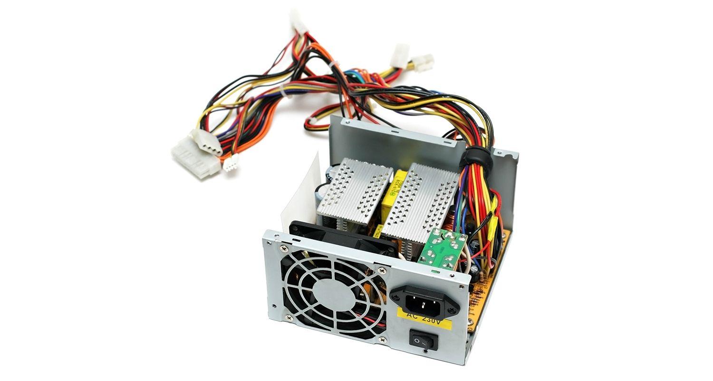 Netzteil eines Computers vor weißem Hintergrund