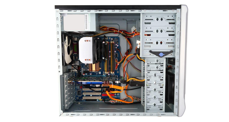 Computer mit abgenommener Gehäuseseite und freiliegenden internen Komponenten