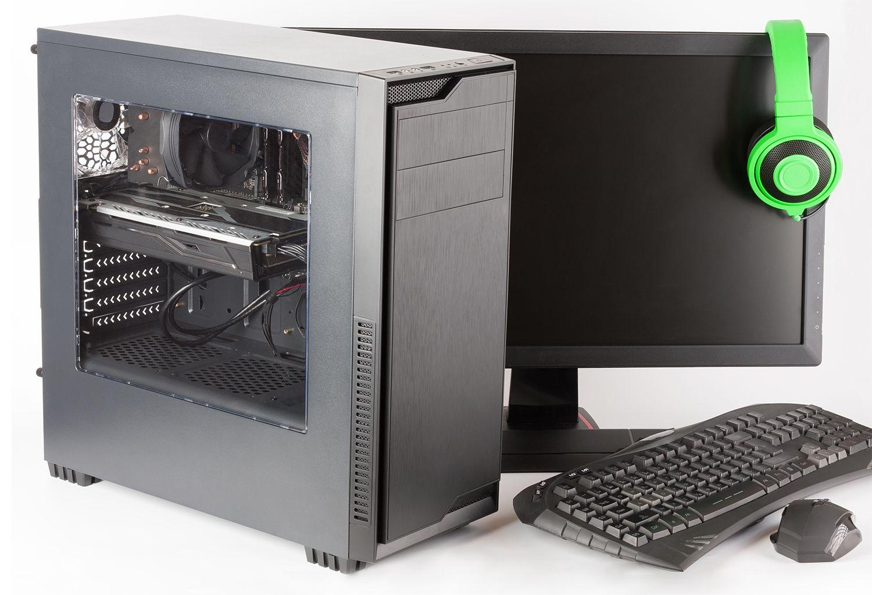Gaming-Computer mit Monitor, Tastatur, Gaming-Maus und Kopfhörer