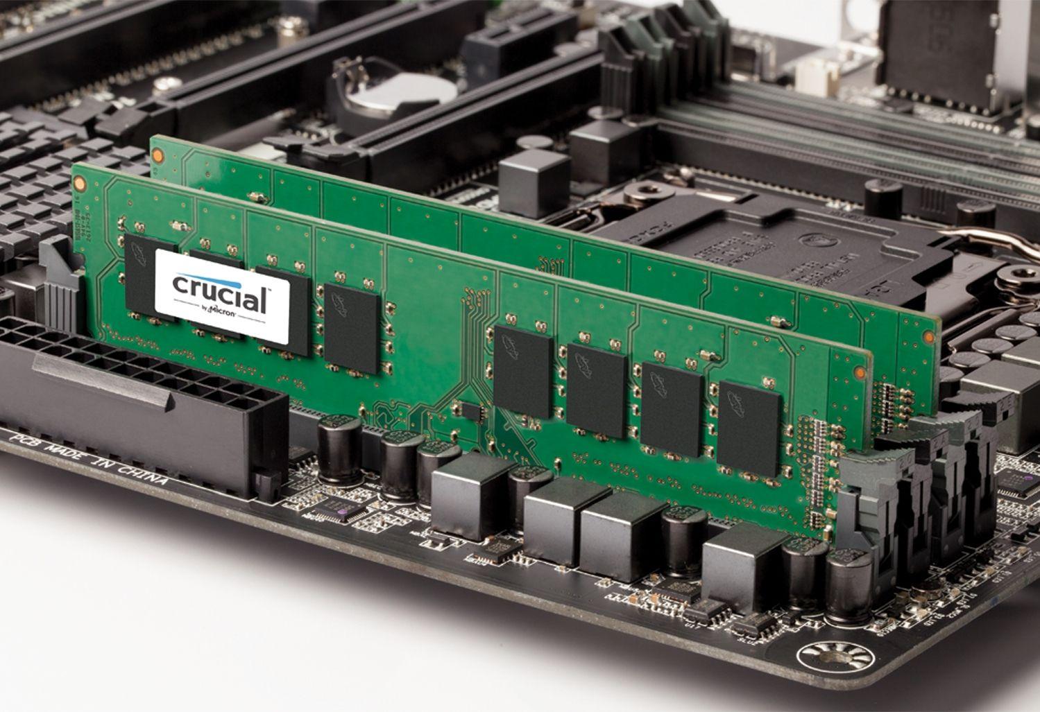 Ein Crucial RAM-Modul auf einer freigelegten Hauptplatine, um anzuzeigen, wie der Arbeitsspeicher in einem alten Computer aufgerüstet werden kann