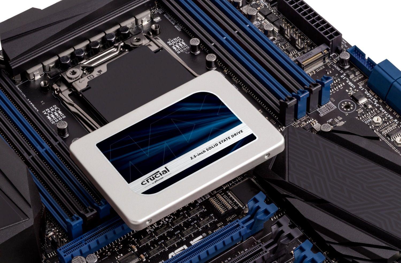 Eine Crucial SSD auf einem freigelegten Motherboard gibt Ihnen an, wie Sie Ihr Speicherlaufwerk in einem alten Computer aufrüsten können
