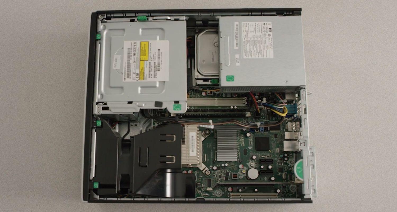 Das Gehäuse des Desktop-Computers wurde entfernt, um interne Hardwarekomponenten freizulegen
