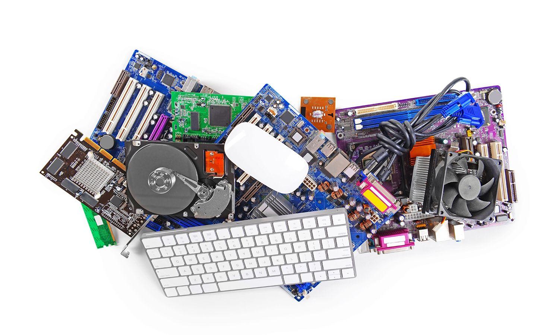 Sammlung von Computerhardware, darunter eine Tastatur und Maus