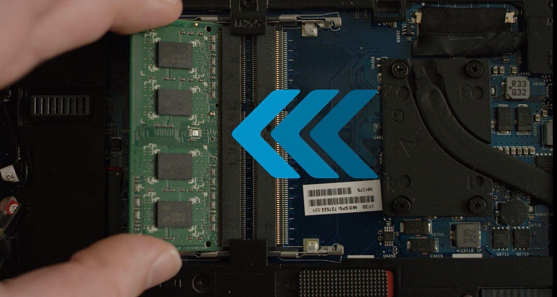 Eine Person installiert das Crucial RAM-Modul in einen Laptop