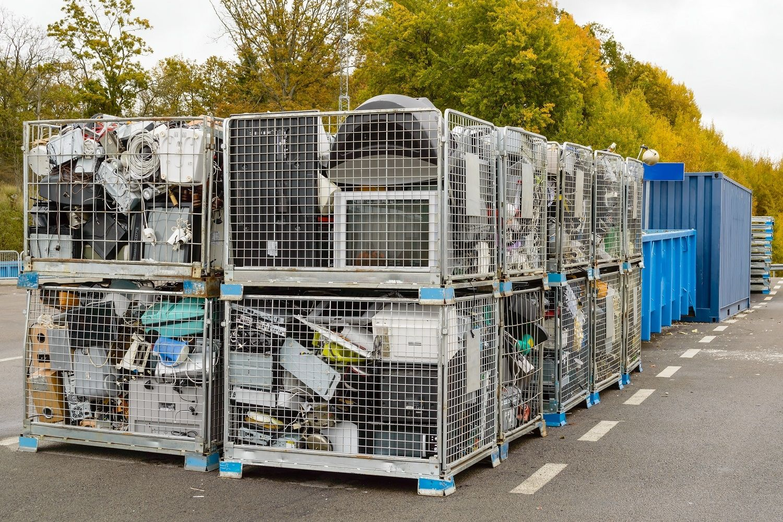 Elektronikschrott, einschließlich Computer, wird in Wertstofftonnen entsorgt