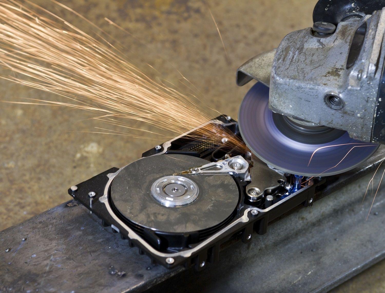 Ein Festplattenlaufwerk wird mithilfe einer elektrischen Säge oder Schreddermaschine zerstört